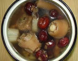 cách nấu canh đuôi heo hầm táo đỏ, vị thuốc quý dân gian