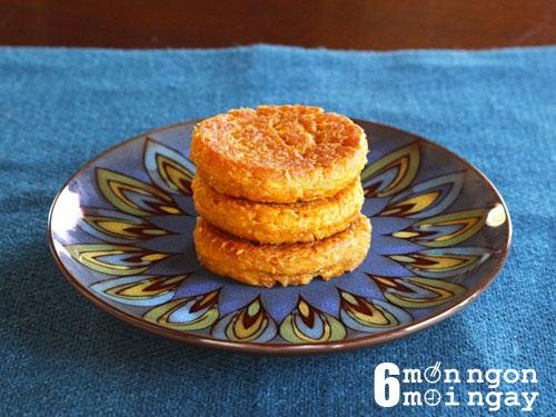 Cách làm bánh khoai lang tẩm dừa cho 4 người: Bước 1: Bạn chọn những củ khoai tròn mình, không bị sơ, không bị sâu nhé. Khoai lang rửa sạch rồi đem gọt sạch vỏ. Khi gọt xong bạn nhớ cho ngay vào nước để khoai không bị thâm đen nhé. Bước 2: Cho khoai vào nồi, luộc chín. Khi chín, bạn vớt khoai ra rổ để thật ráo nước. Bạn nghiền khoai cho thật nhuyễn nhé. Khoai càng nhuyễn thì bánh khoai sẽ càng ngon nhé. Bước 3: Cho dừa nạo vào chung với âu khoai đã nghiền nhuyễn, thêm vào ít đường trắng và muối rồi trộn đều. Tiếp theo, bạn rây bột mỳ vào âu rồi tiếp tục trộn lại lần nữa cho thật đều, tránh bị vón cục. Sau đó, bạn để bột nghĩ chừng 10 phút. Bước 4: Cuối cùng, bạn chảo dầu lên bếp, chờ cho thật nóng rồi lần lượt múc từng muỗng hỗn hợp bột nắn dẹt rồi cho vào chiên. Bạn chiênn vàng 2 mặt bánh thì vớt ra cho đê ráo dầu rồi thưởng thức. Đơn giản phải không? Với vị bùi bùi, béo béo chắc chắn ai cũng phải siêu lòng đấy Bạn có thể thay bằng khoai lang tím để món bánh có màu sắc hấp dẫn hơn nhé. Chúc các bạn thành công. - hình 1
