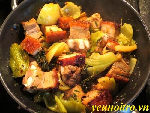 Cách làm món thịt heo quay kho dưa cải chua ngon ngất ngây trong ngày trời lạnh